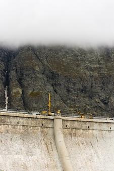Máquina perforadora para pruebas de concreto en una presa en las montañas