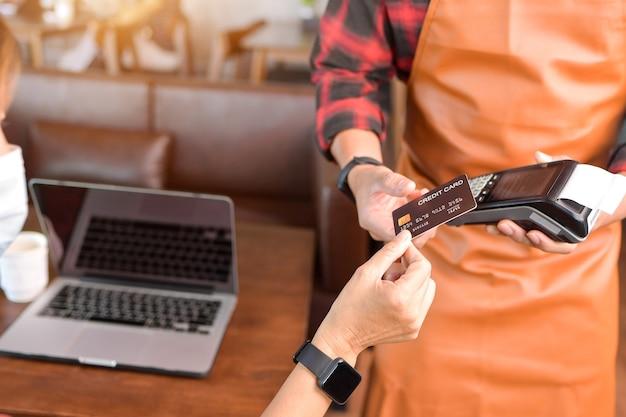 Máquina de tarjeta de crédito de maqueta para pago de transacciones de dinero