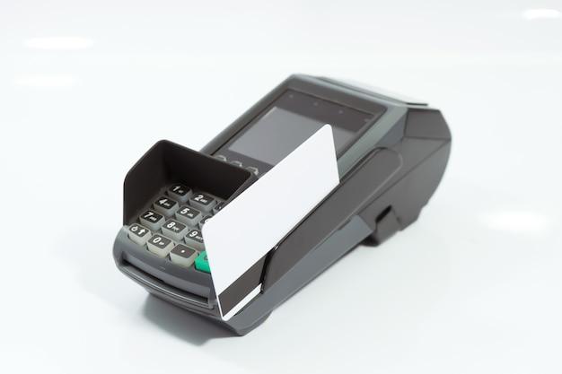 Máquina de tarjeta de crédito móvil aislada sobre fondo blanco.