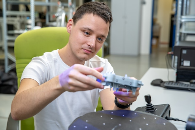 Máquina técnicamente profesional para escaneo 3d y medición de molduras de plástico con láser.
