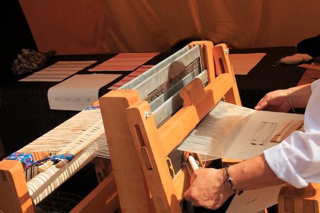 Máquina de tela hecha a mano. telar para la seda casera.