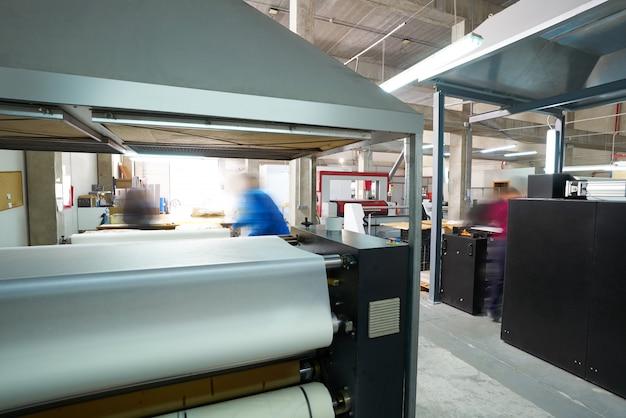 Máquina de transferencia de calandria para estampado textil de moda.