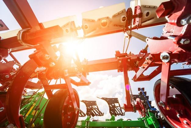Maquinaria agrícola moderna y equipos.