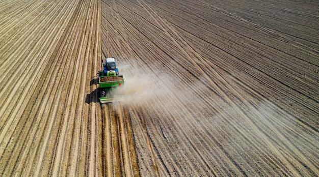 Maquinaria agrícola plantar patatas vista aérea.