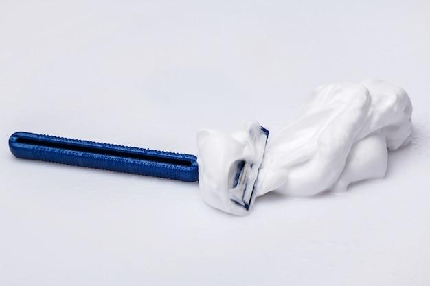 Maquinilla de afeitar y espuma