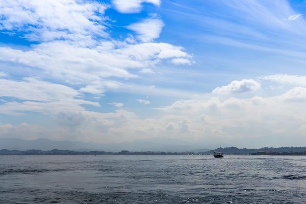 Mar azul y cielo azul con nubes.