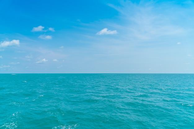 Mar azul hermoso y el cielo