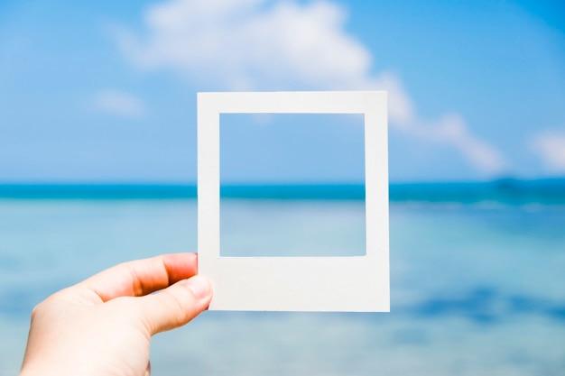 Mar azul en el marco de la foto instantánea