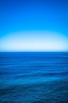 Mar azul marino con horizonte claro línea y cielo