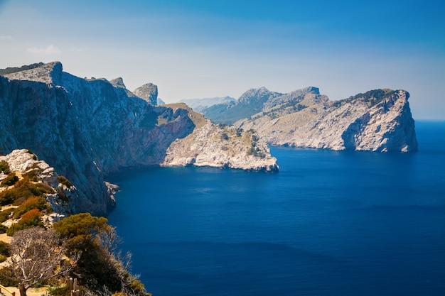 Mar azul y montañas rocosas en el cabo formentor