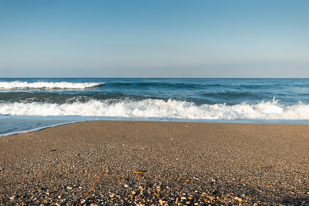 Mar azul, olas, playa. concepto de vacaciones, descanso en el mar.