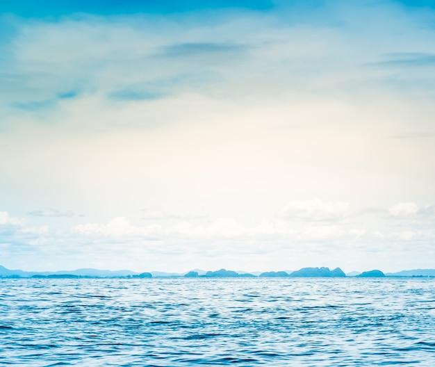 Mar azul soleado