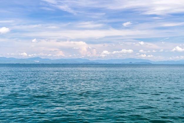 Mar y cielo azul con barco en vacaciones de verano