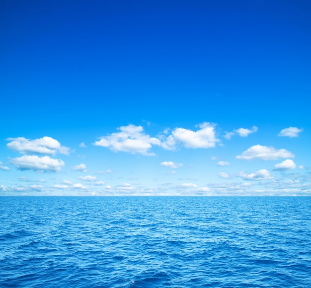 Mar en cielo azul