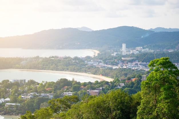 Mar y ciudad del mirador de kata en kata, phuket, tailandia.