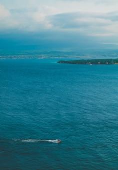 Mar con clima nublado