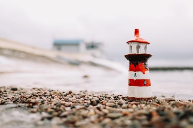 Mar de invierno congelado con faro decorativo. estilo de vida náutico. invierno, mar
