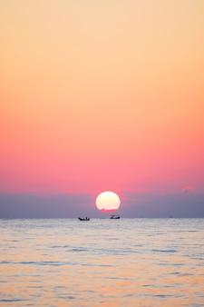 El mar la mañana en medio de las nubes y el cielo es hermoso ambiente tranquilo, se siente solo