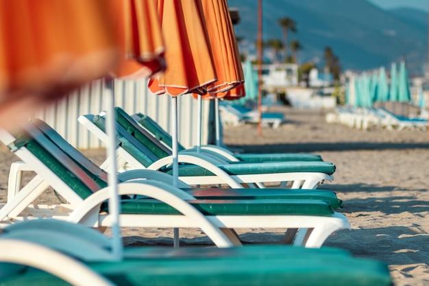Mar de la mañana, playa, hamacas vacías para vacacionistas. concepto de viaje, descanso, relax.