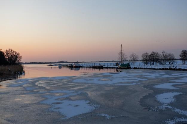 Mar medio congelado bajo un cielo despejado en el invierno