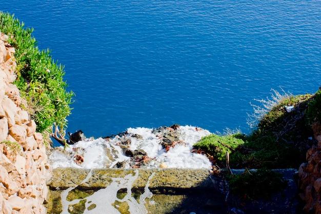 Mar mediterráneo azul, yate y montañas en antalya