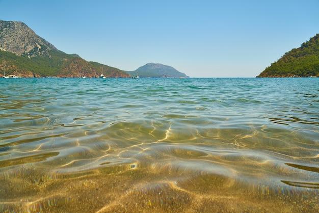 Mar mediterráneo bajo el cielo azul