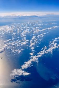 Mar de nubes azules y blancas vistas desde arriba.
