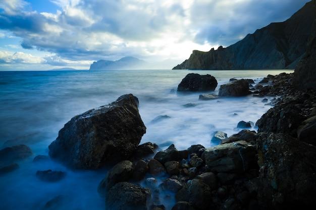 Mar, nubes y montañas rocosas