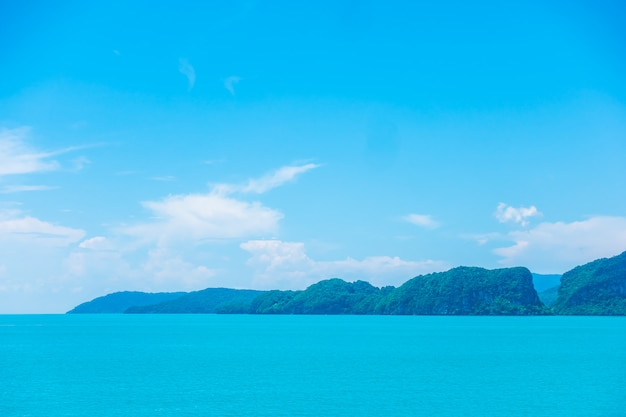 Mar y océano hermosos con la nube en el cielo azul