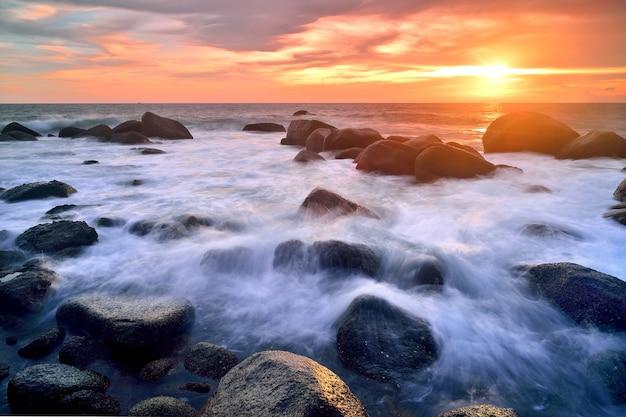 Mar olas latigazo línea impacto roca en la playa