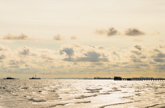 Mar con paisaje de la ciudad