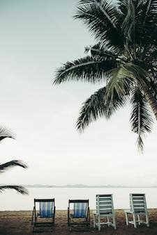 Mar con resort y sillas de playa.