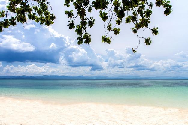 Mar superficie tranquila del horizonte mar océano y fondo de cielo azul