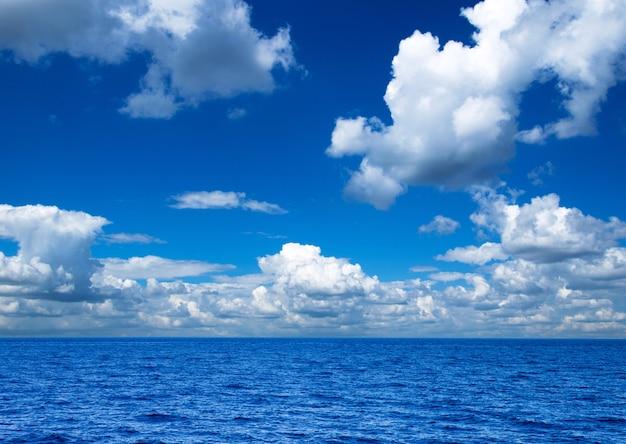 Mar tropical bajo el cielo azul