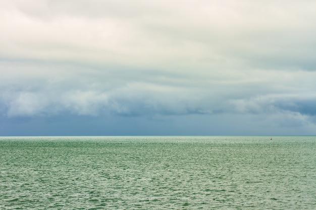 Mar tropical y nubes de lluvia