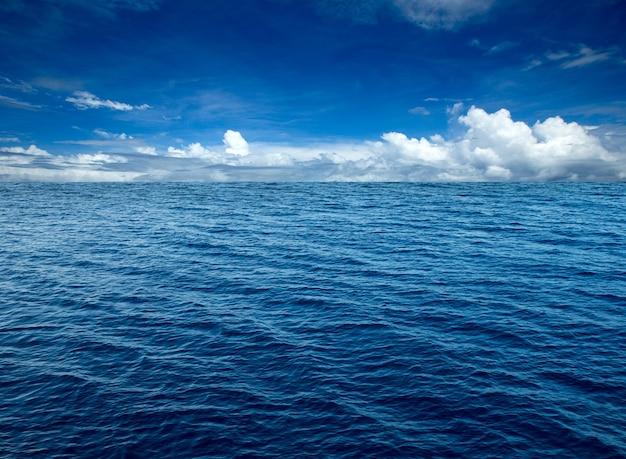 Mar tropical. olas del mar azul