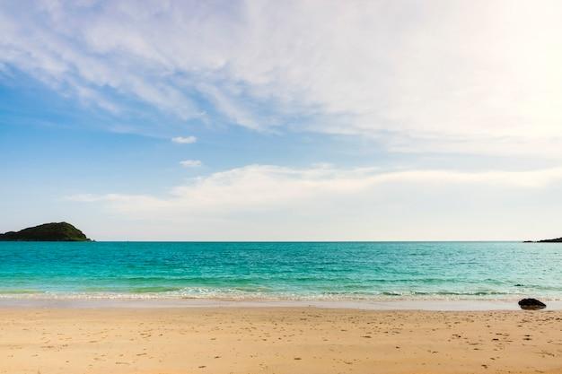 Mar turquesa contra el cielo