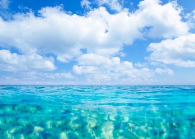 Mar turquesa de las islas belearic bajo cielo azul