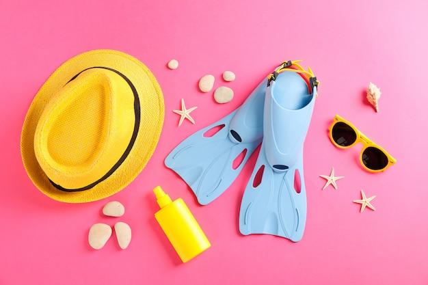Mar vacaciones accesorios en mesa amarilla
