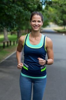 Maratón atleta femenina corriendo