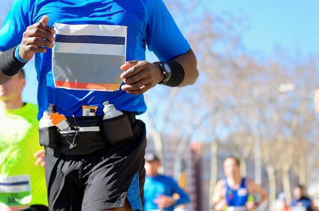 Maratón carrera, corredores en carretera, deporte, fitness y concepto de estilo de vida saludable