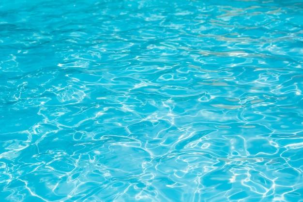 Maravillosa agua azul y brillante ondulación