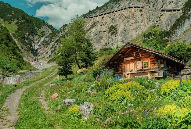 Una maravillosa cabaña de ensueño en las montañas.