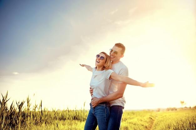 Maravillosa pareja joven abraza y disfruta la vida juntos