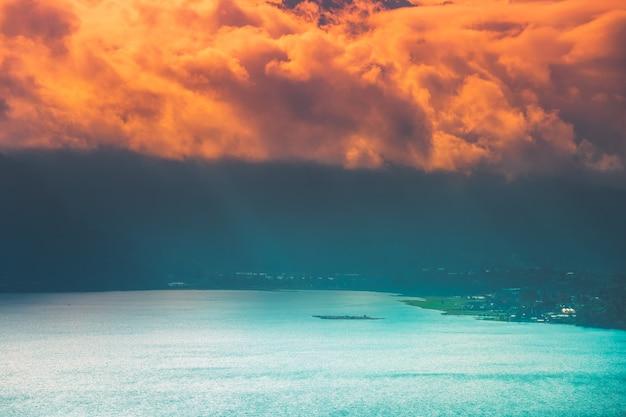 Maravillosa puesta de sol sobre el lago buyan bali indonesia