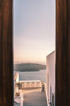 Maravillosa vista de los edificios de la ciudad y la bahía de santorini, grecia