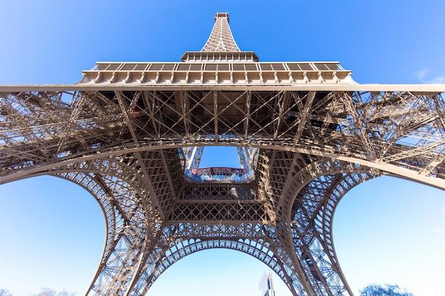 Maravillosa vista de la torre eiffel en parís, la tour eiffel con cielo azul.
