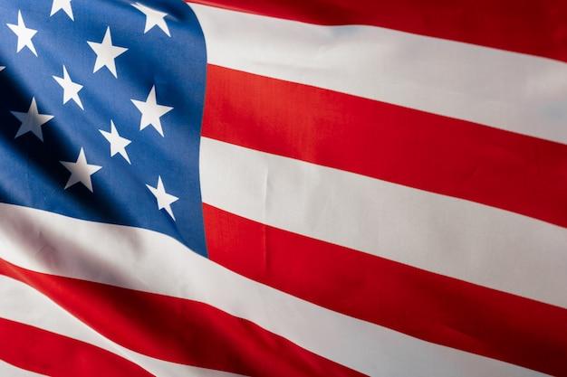 Maravillosamente ondeando estrella y bandera estadounidense a rayas