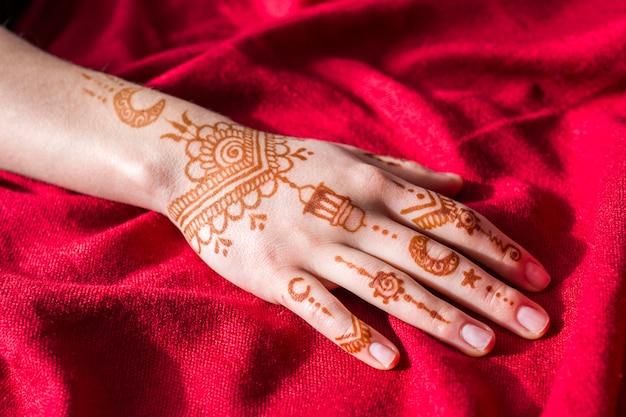 Maravillosas pinturas de mehndi en mano de mujer.