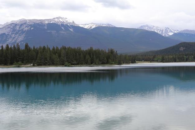 Maravilloso lago en alberta, canadá